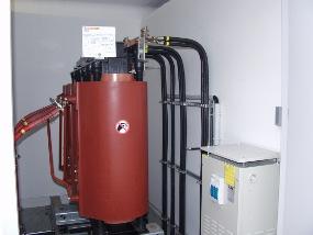 Festkondensator an Gießharztransformator mit Mittel- und Niederspannungsanschluss